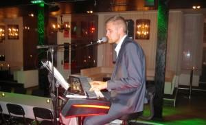 Flustret pianotrubadur